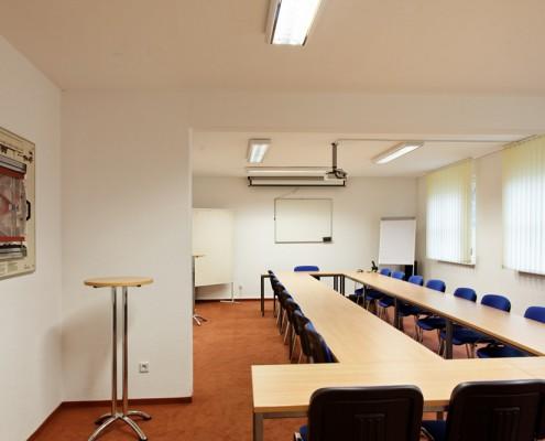 Beamertechnik, Flipchart, Whiteboard, Pinnwand und Leinwand im Seminarrraum